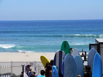 grupo de jóvenes en el surf camp de California